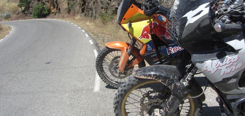 KTM 990, y Honda Africa Twin 750 al pie del asfalto
