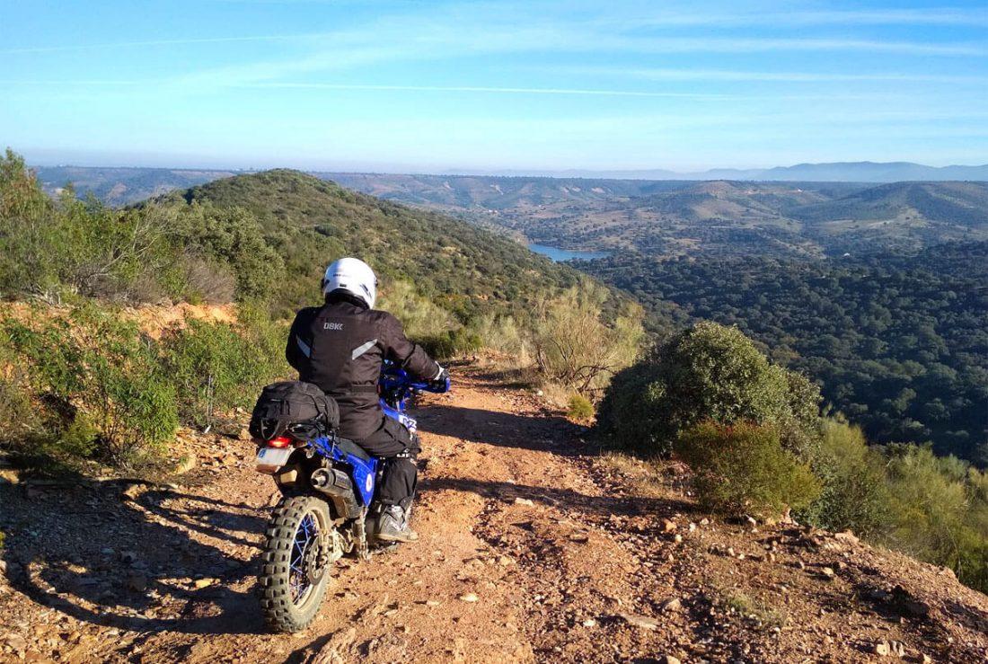 Moto trail en un paisaje espectacular