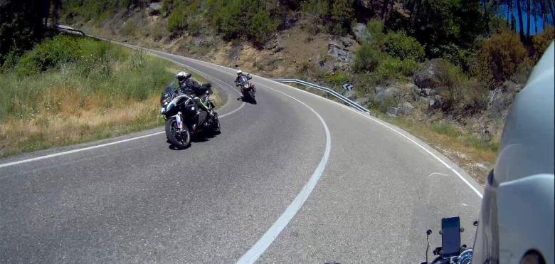 Dos motos se cruzan saludándose