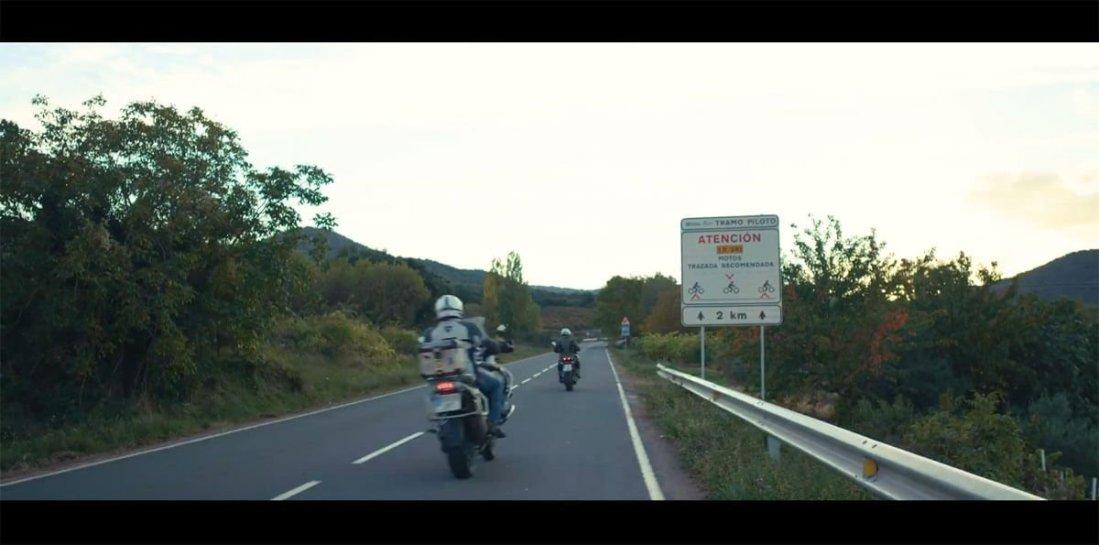 Dos motos pasan junto a señal de trazada recomendada