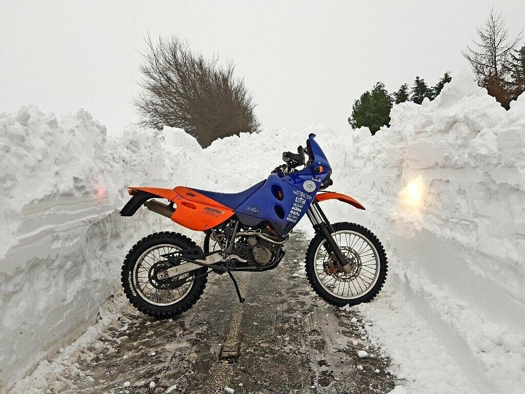 Moto KTM 640 Adventure R en carretera rodeada de dos metros de nieve