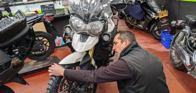 Mecánico de motos trabajando en el taller