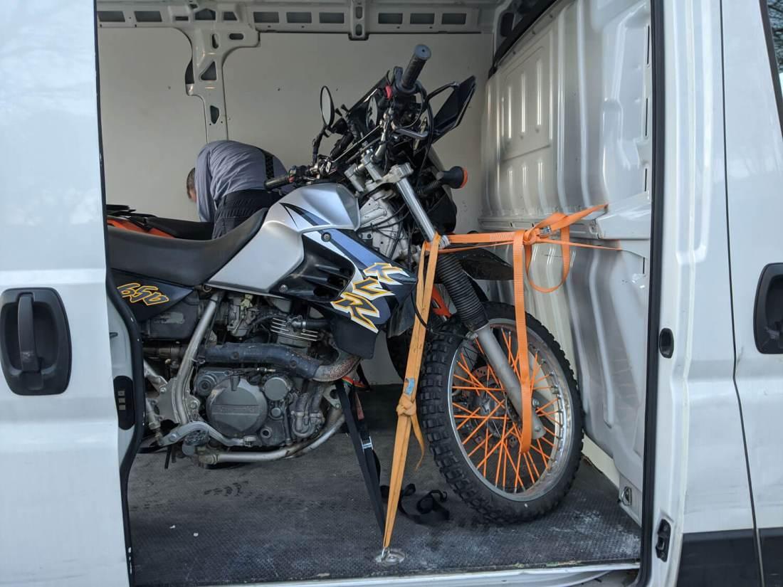 moto atada en furgoneta
