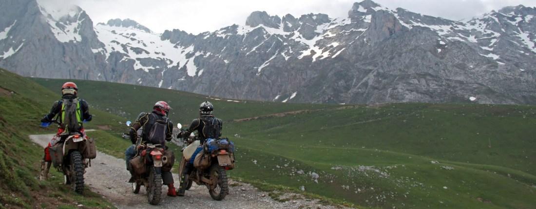 El Komando Pupas se para frente a las montañas nevadas