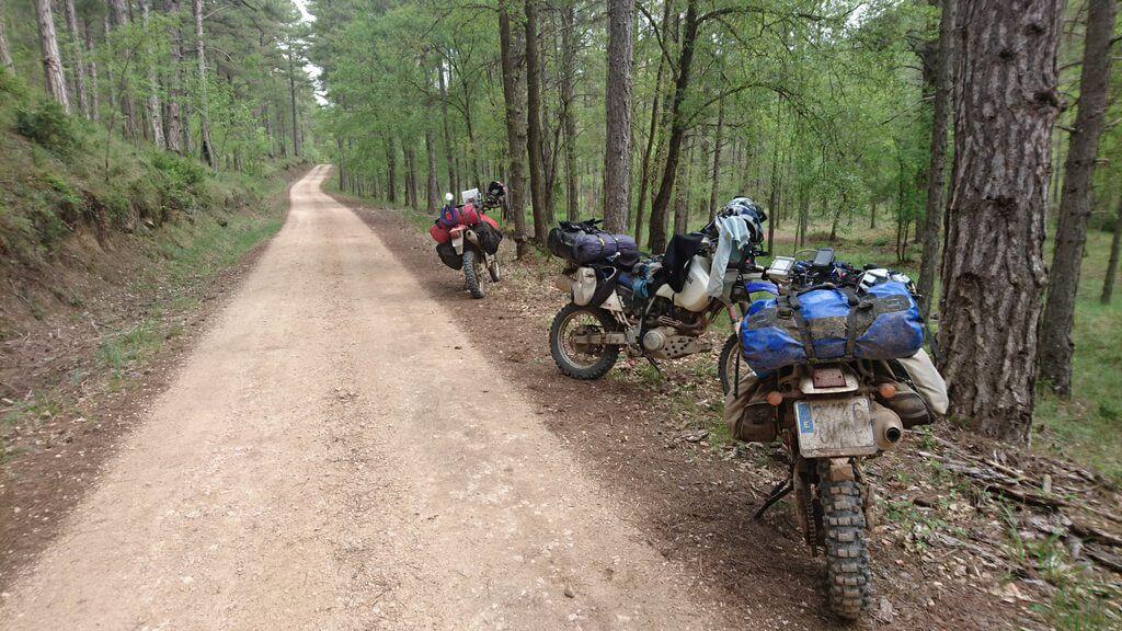 Las 3 motos a un lado de la pista