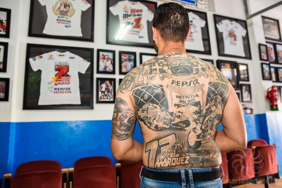 Fan de Marc Márquez muestra su tatuaje y sus camisetas