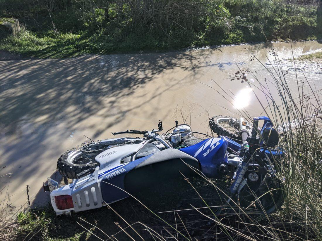 Yamaha TTR 600 RE tumbada en el barro