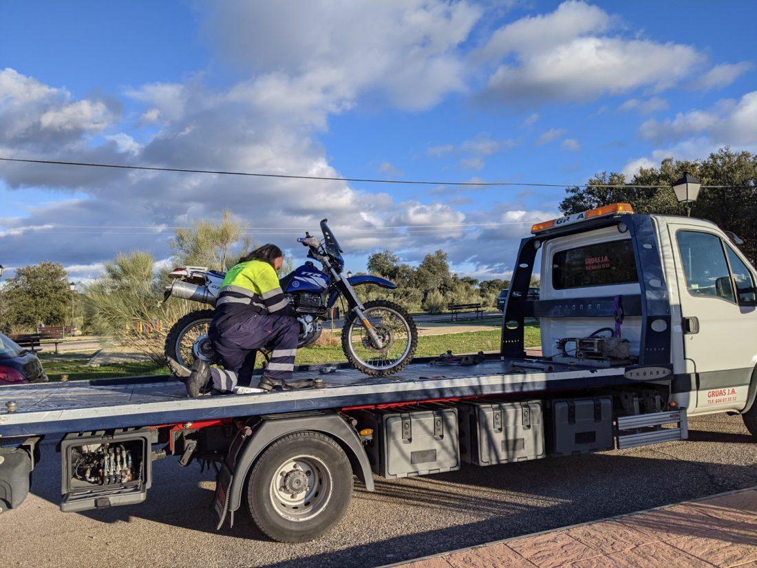 grua remolcando moto Yamaha TTR 600 RE