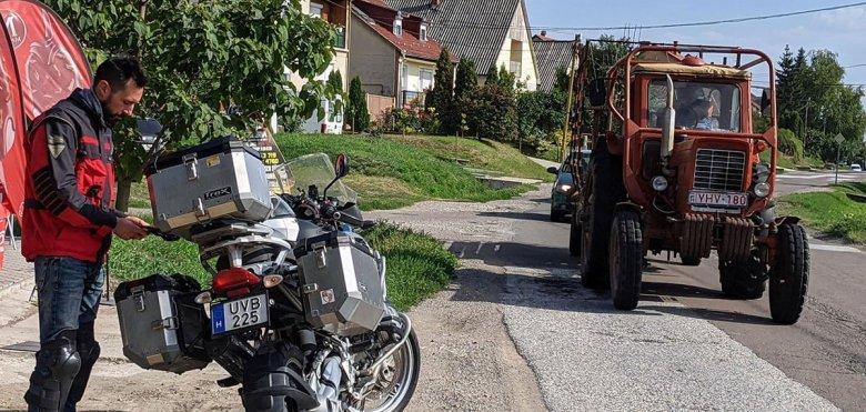 Moto parada en la cuneta en una zona rural húngara