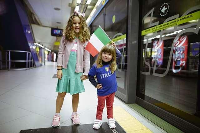 Clima italiano invade metrô de São Paulo