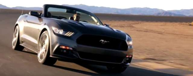 O primeiro Mustang de série (VIN 001) produzido em 1964 era da mesma cor e modelo, com motor V8 de 166 cv e câmbio manual de três marchas