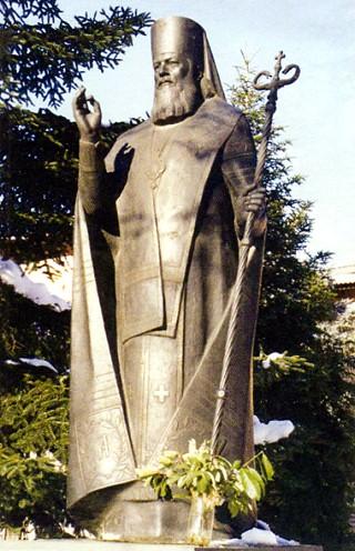 Памятник святителю Луке в Симферополе.