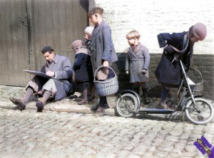1936_avril_7_Lismonde_dessinant_eglise_de_Diest_photo_Leon_van_Dievoet_color