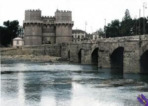 1940.-Vista-general-de-las-Torres-de-Serranos-en-la-plaza-de-los-Fueros-al-final-del-puente-de-Serranos-FOTO-EFE_color