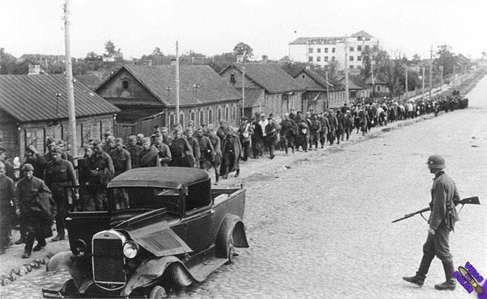 columna_de_prisioneros_sovieticos_capturados_cerca_de_minsk_bielorusia_julio_1945_byn