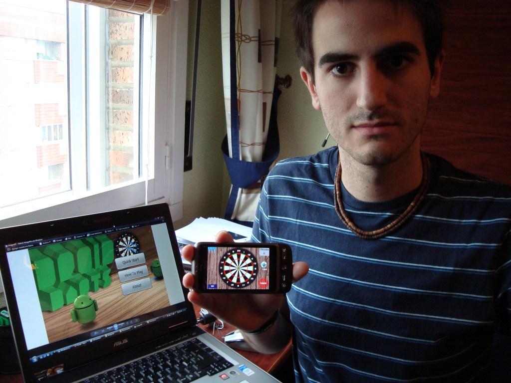 """Iban García posa con """"Droid Darts"""" para Android"""