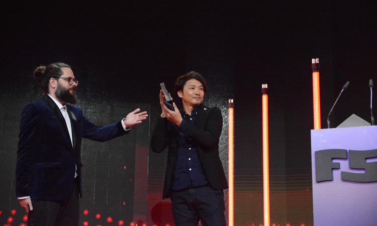 El director del Fun and Serious Game Festival entrega el Premio Titanium al creador Fumito Ueda.