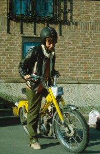 Camilla Wærenskjold på sin gule scooter i 1982. Foto: Leif Karstensen