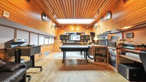 i1xKvTXdRASSJNn9zvOE_pete-townshend-barge-recording-studio-640x360