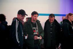Sebastian und Jörg spielen Games anderer Indies auf dem Talk&Play. (Bild: Jörg Friedrich)