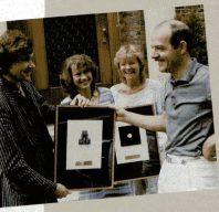 Bei einer Preisübergabe im Jahre 1983 durch die Zeitschrift Telematch. Auf dem Foto zu sehen (von links): Hartmut Huff, Elke Leibinger, Renate Knüfer und Klaus Ollmann. (Bild: Marshall Cavendish)