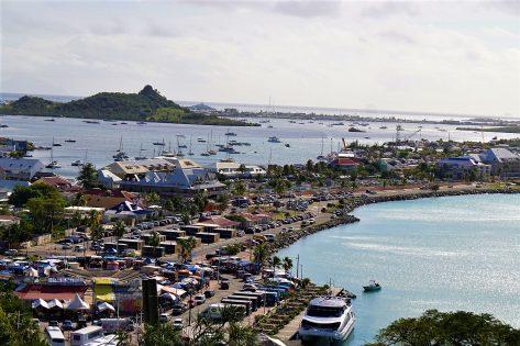 Widok na Marigot Bay pierwszy plan oraz Simpson Bay Lagoon dalszy plan