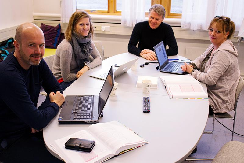 Studenter i kurset Helseinformatikk sitter rundt et bord, foto: Lisbet Jære