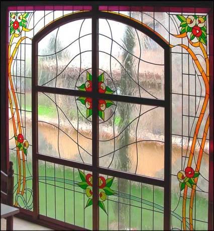 Diseño de vidrieras decoradas con flores