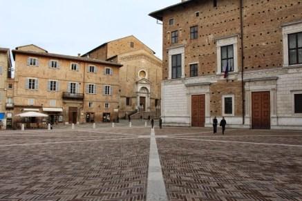 Vorplatz zum Dom und Palast in Urbino.
