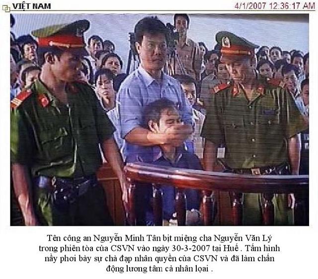 Image result for hình ảnh cha Lý bị viên công an tháp tùng dùng tay bịt miệng ông lại
