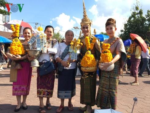 Người Lào dự lễ hội Thạt Luổng.
