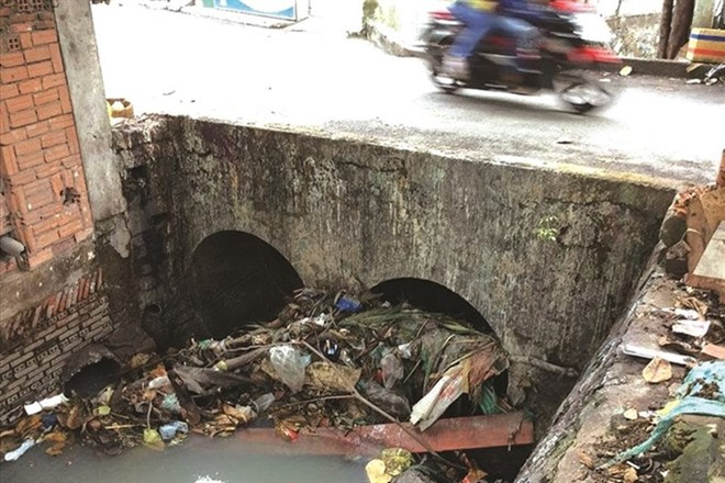 vna_Litter_in_canals_sewers_worsens_floods_in_HCM_City
