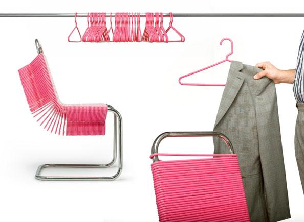 Η καρέκλα με τις κρεμάστρες
