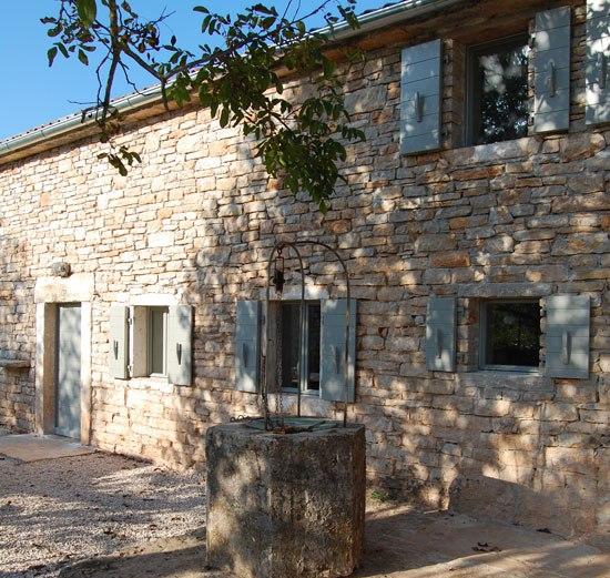 Απλοϊκότητα και ομορφιά σε ένα πέτρινο σπίτι στην Κροατία
