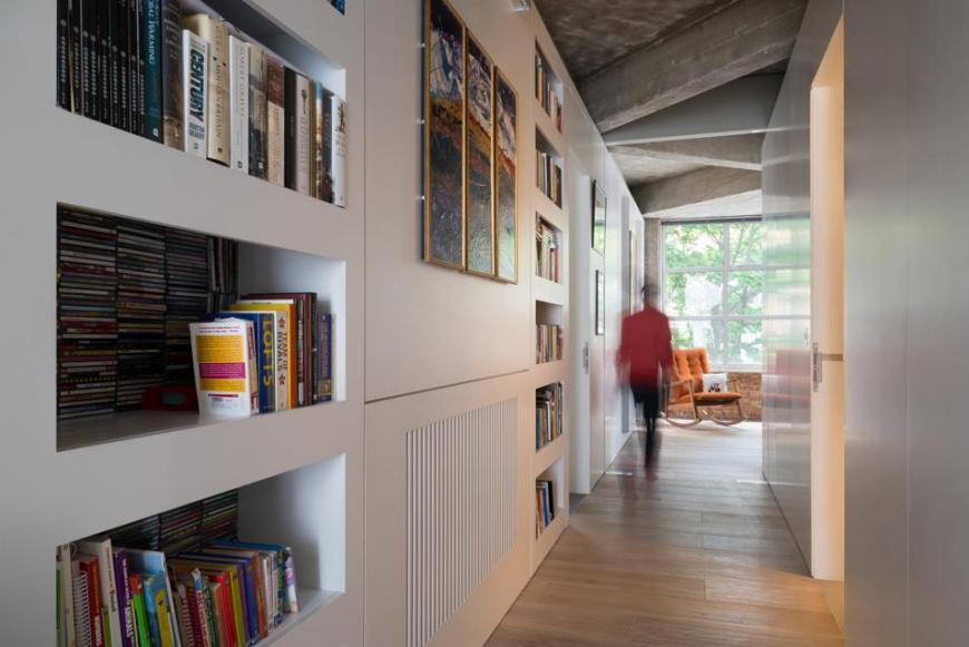 Είναι σύνηθες να μπαίνουν βιβλιοθήκες στο διάδρομο (ιδίως όταν δεν υπάρχει αλλού χώρος). Υπολογίστε ότι για τη βιβλιοθήκη χρειάζονται περίπου 30 εκατοστά και να μείνουν τουλάχιστον 80 εκατοστά ελεύθερα για τη διέλευση.
