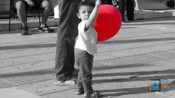 Τα παιδιά λατρεύουν τα μπαλόνια - κι ας σκάνε!