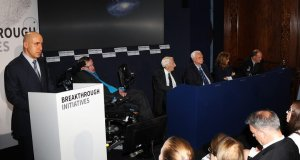 Yuri Milner e Stephen Hawking na conferência de imprensa que apresentou a iniciativa Breakthrough