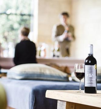 Dégustation de vin dans une salle