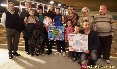 En Pau, el més petit de tots i la Marina, amb xandall blau amb els seus familiars i la regidora Montse Mindan