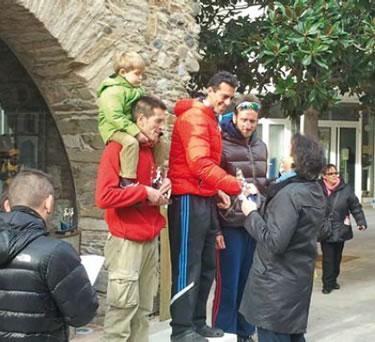 Xavi Llamas al segon esglaó del podi amb el seu fill al capdamunt