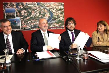 Ricard Font i Xavier Sanllehí mostren l'acord després de la signatura