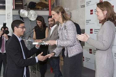 Mohamed el Amrani, president de Xarxa de Convivència, rebent el guardó de mans de la Infanta Elena
