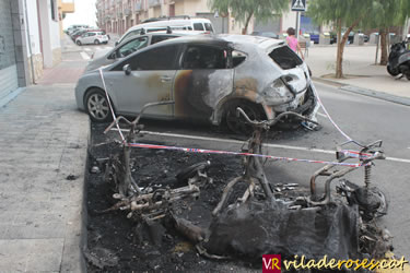 Motos i cotxe cremats