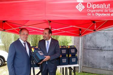 El conseller d'Interior, Ramon Espadaler, i el president de la Diputació de Girona, Joan Girault, amb un dels desfibriladors