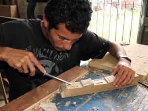O trabalho de entalhar a madeira