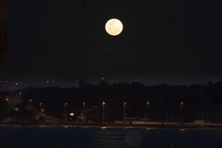 A lua cheia sobre a Ponta do Seixas em João Pessoa