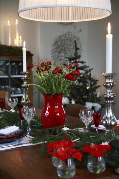 Mesa decorada para a ceia com castiçais