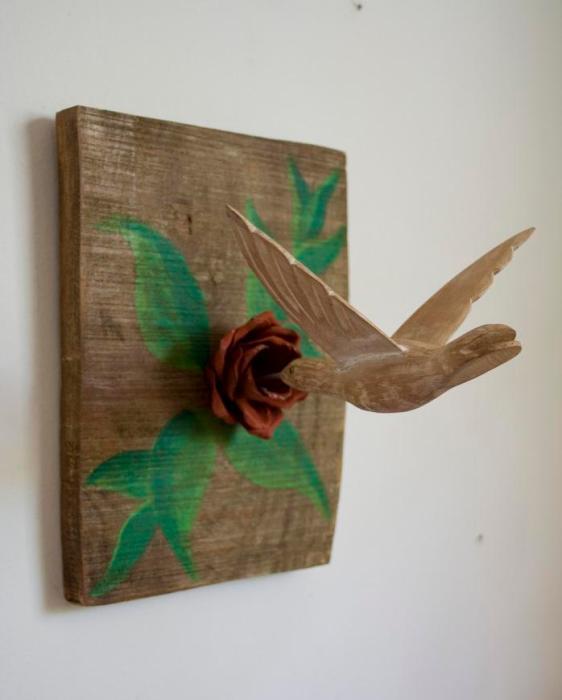 Beija-flor esculpido em madeira