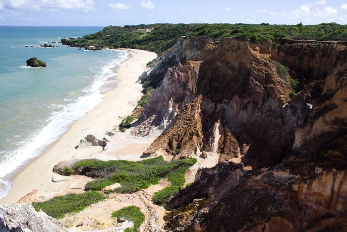 As falésias entre Coqueirinho e Tambaba, na Paraíba