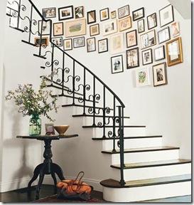 Fotos de família na parede da escada